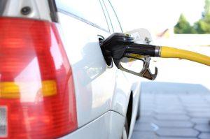 Polttoainetta eli bensaa tai dieseliä tankkiin