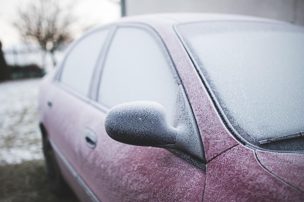 auto lasit jäässä pakkasella talvella